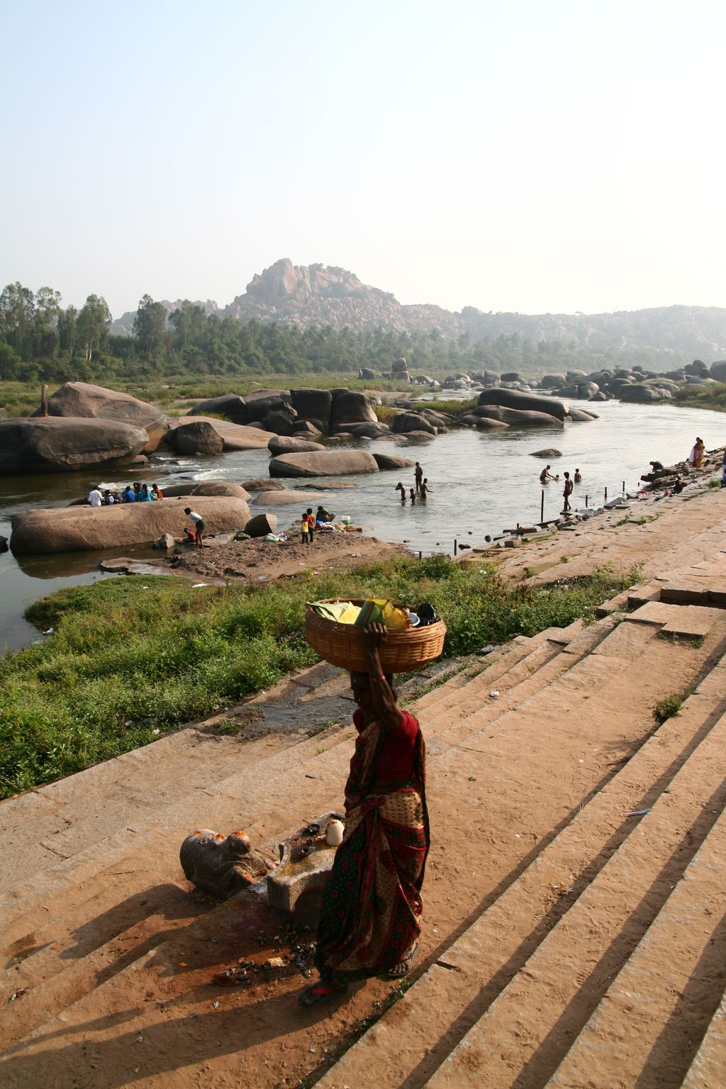 Řeka protékající Hampi a místní lidé