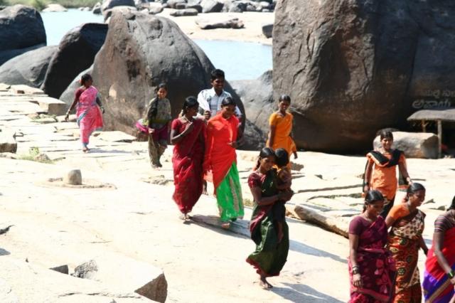 Hampi je poutní místo. Indové na něj chodí mimořádně krásně oblečeni