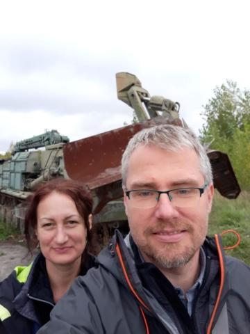 V pozadí se speciálním tankem na odstraňování škod havárie