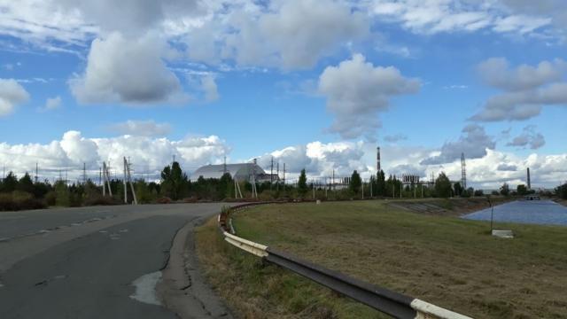 Celkový pohled na elektrárnu a nový sargofág