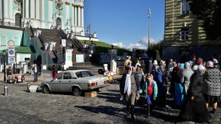 Nedělní mše před chrámem sv. Ondřeje