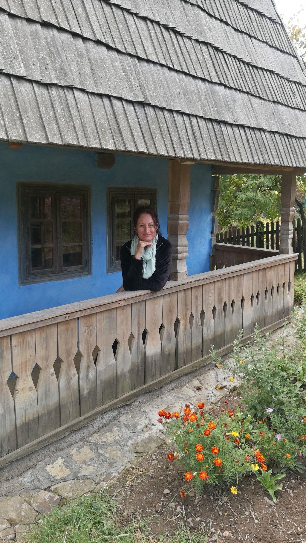 Skanzen v Užgorodu a místní obyvatelka chaloupky