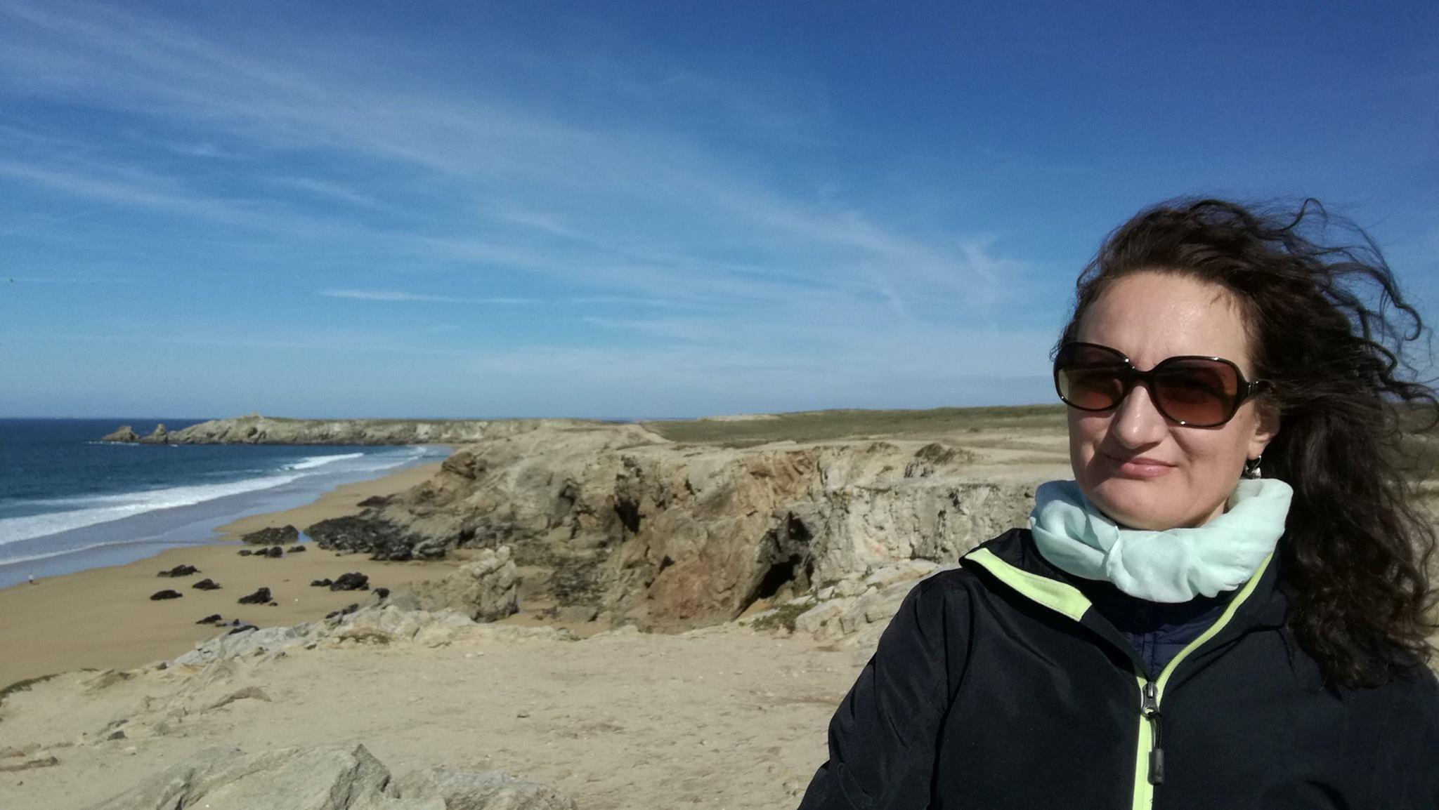 Na pláži. Slunko, ale vítr.