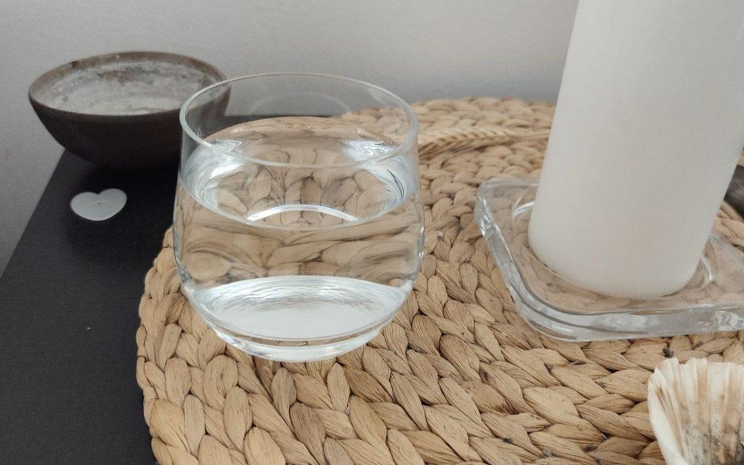 Sklenka s vodou